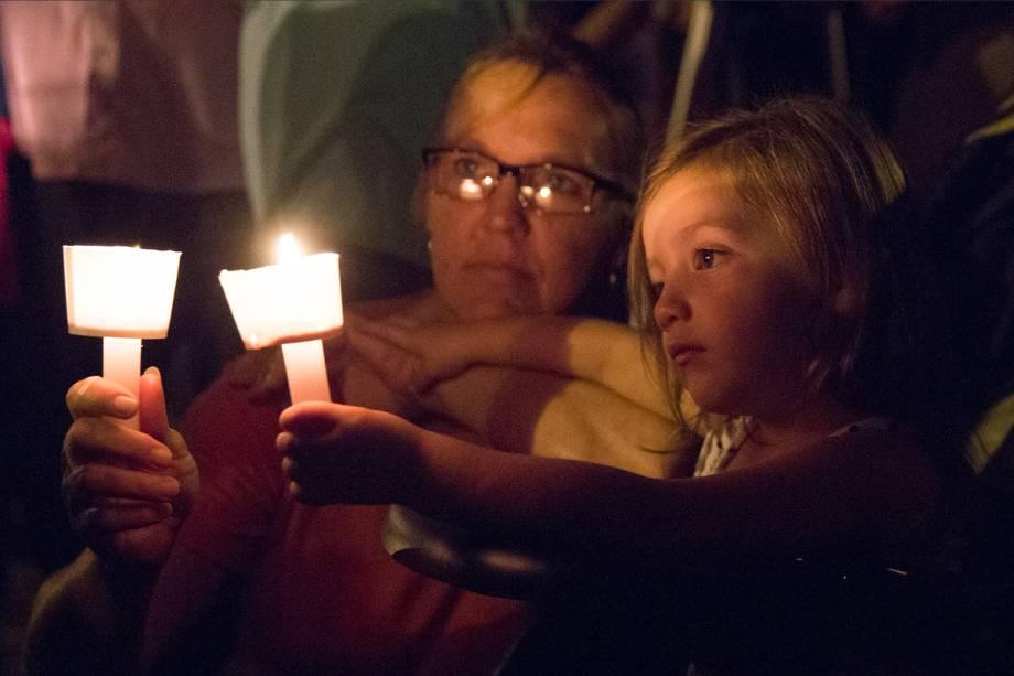 Uma mulher e uma criança são vistas durante uma prestação de homenagens com velas, para as vítimas do tiroteio na Primeira Igreja Batista em Sutherland Springs, no estado americano do Texas - 06/11/2017
