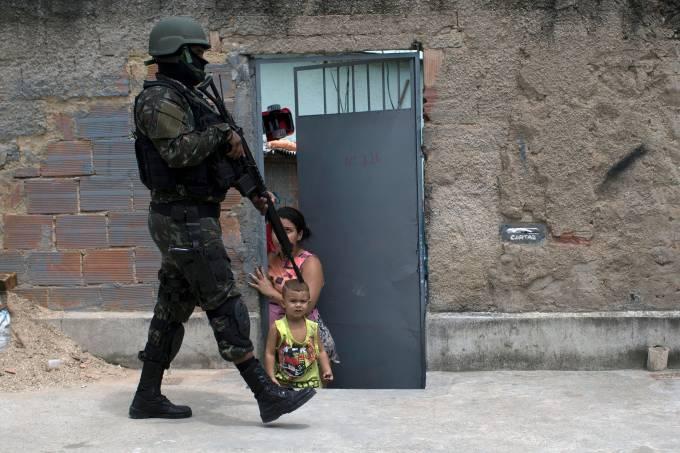 Operação do exército na favela do Barbante no Rio