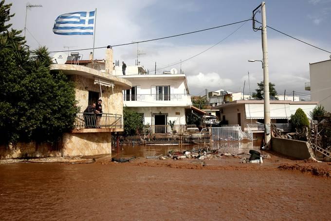 Moradores observam rua inundada após tempestade na cidade de Mandra, Grécia – 15/11/2017
