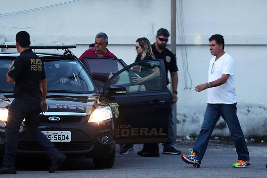 O presidente da Alerj, Jorge Picciani (camisa roxa), e o deputado Paulo Melo (camisa branca), são levados para fazer exame de corpo de delito, após se entregarem na sede Polícia Federal, no Rio - 16/11/2017