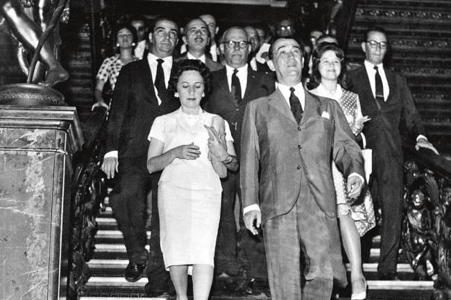 Brasil, Rio de Janeiro, RJ, 22/04/1960. O presidente da República, Juscelino Kubtschek (D), ao lado da primeira-dama Sarah Kubtschek, desce as escadas do Palácio do Catete, em sua despedida da antiga sede do governo, na cidade do Rio de Janeiro. Foto: Arquivo/AE Pasta: 48701