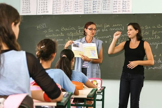 Insuficiente – Um intérprete de Libras na sala não serve para incluir todos os deficientes auditivos na aula