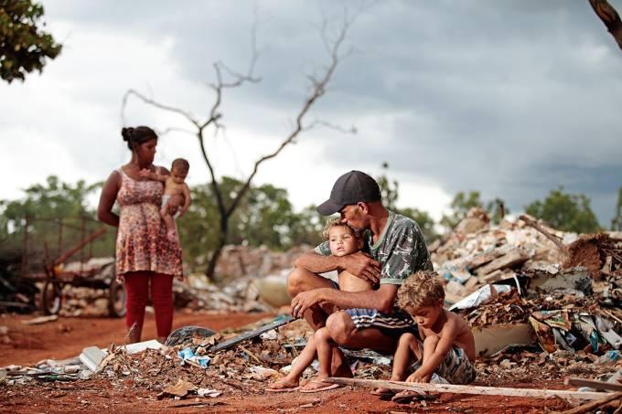 Em meio ao lixo – Bezerra da Silva e sua família: barraco no Setor de Clubes Sul, em Brasília