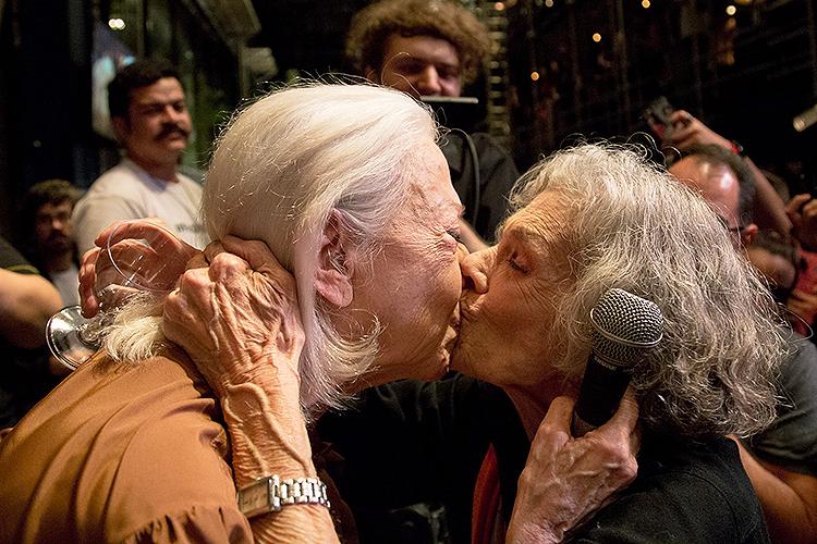 Fernanda Montenegro ganha um beijo de Vera Barreto Leite, modelo preferida da estilista francesa Coco Chanel, ao reencontrá-la depois de décadasno Teatro Oficina