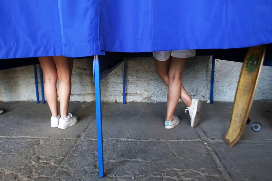Eleitores votam em seus candidatos durante as eleições presidenciais realizadas em Santiago, capital do Chile - 19/11/2017