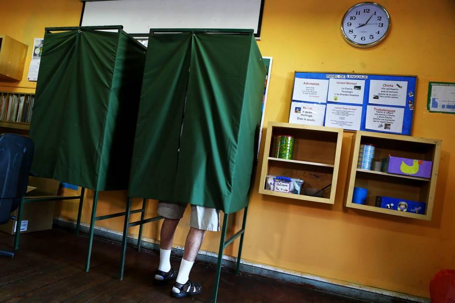 Homem vota em cabine, durante as eleições presidenciais em Santiago, capital do Chile - 19/11/2017