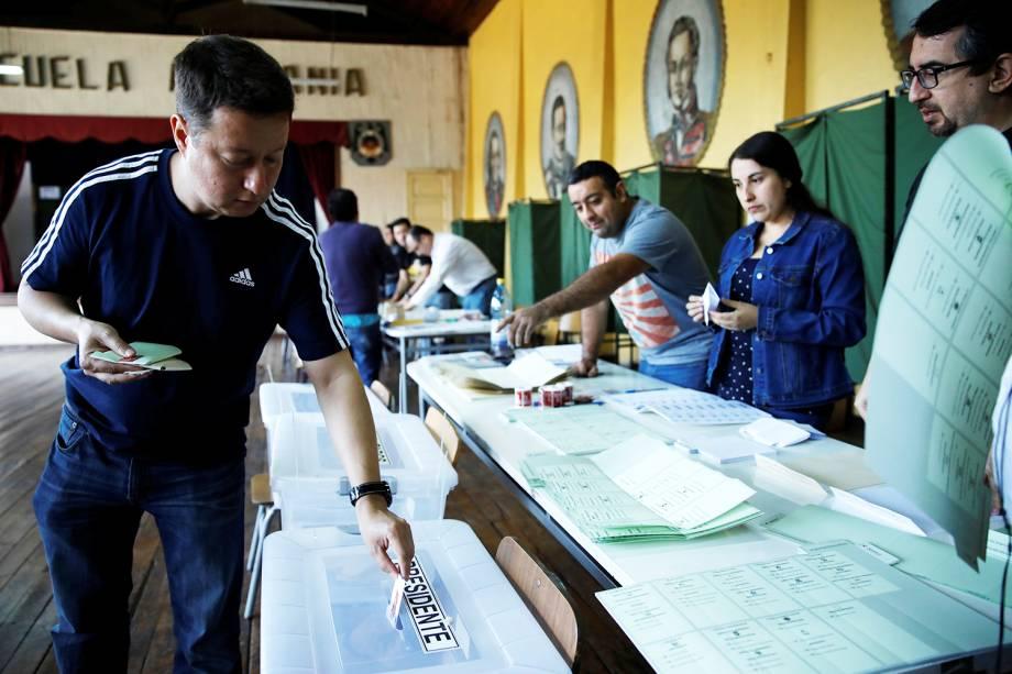 Eleitor deposita cédula de votação em urna, durante as eleições presidenciais em Santiago, capital do Chile - 19/11/2017