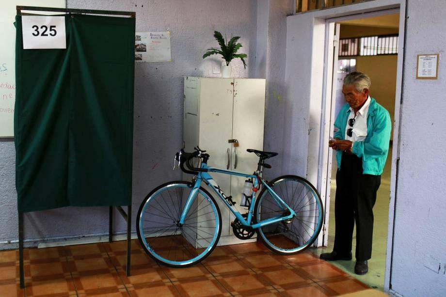 Eleitor aguarda para votar em seçāo eleitoral de Santiago, na Chile - 19/11/2017