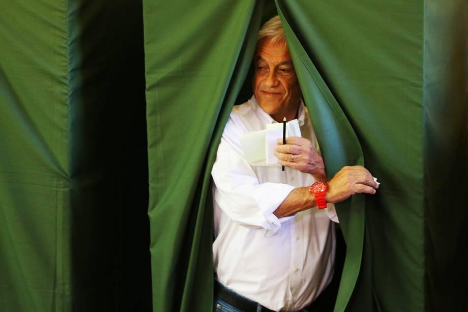 O candidato chileno Sebastião Pinera vota em uma escola pública de Santiago - 19/11/2017
