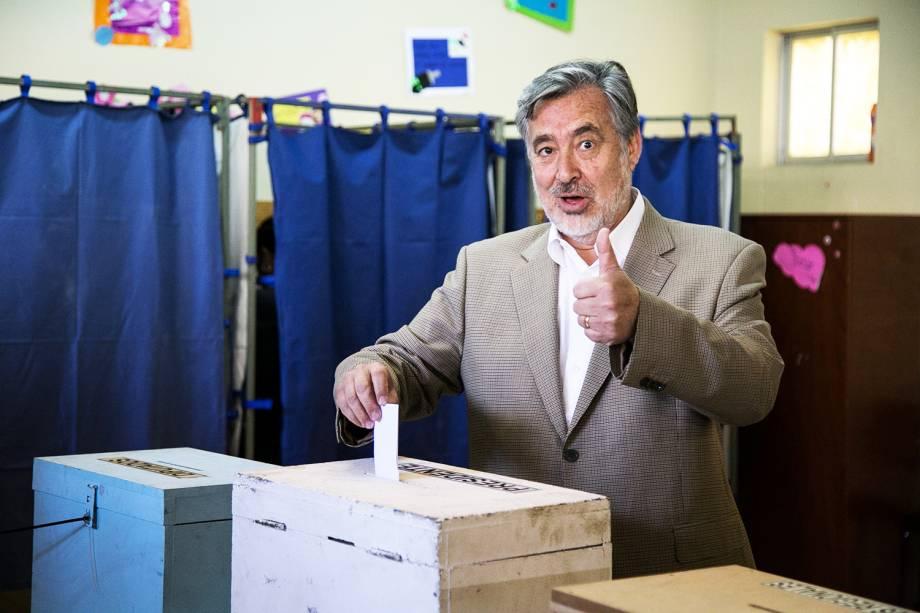 O candidato Alejandro Guillier deposita cédula de votação em uma escola pública de Antofagasta, no Chile - 19/11/2017