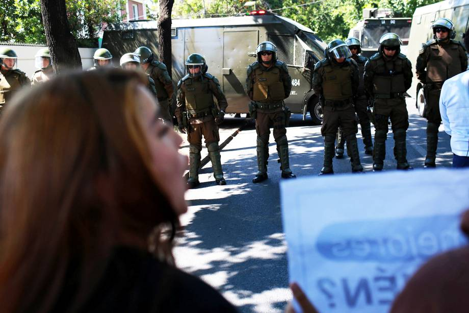 Policiais realizam patrulha nas ruas de Santiago, no Chile - 19/11/2017