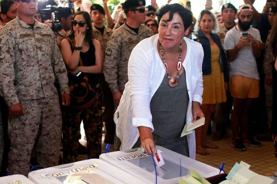A candidata Beatriz Sanchez deposita cédula de votação em seçāo eleitoral de Santiago, no Chile - 19/11/2017