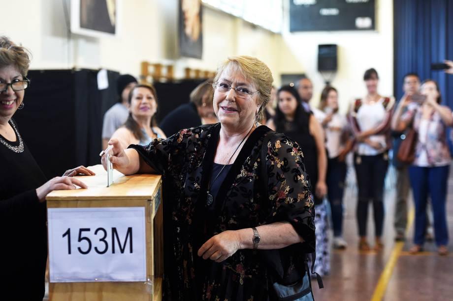 A atual presidente do Chile, Michelle Bachelet, deposita cédula de votação em seçāo eleitoral de Santiago, capital do país - 19/11/2017