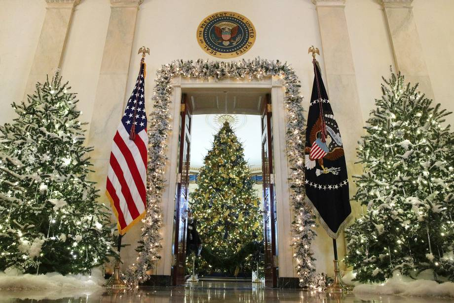 Árvores de Natal decoram o interior da Casa Branca, em Washington