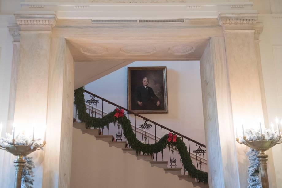 Decoração de Natal nas escadarias da Casa Branca, em Washington, 27 de novembro de 2017 / AFP PHOTO / SAUL LOEB