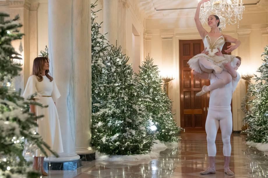 A primeira-dama dos EUA, Melania Trump, assiste a uma performance de balé durante visita às decorações de Natal na Casa Branca, em Washington