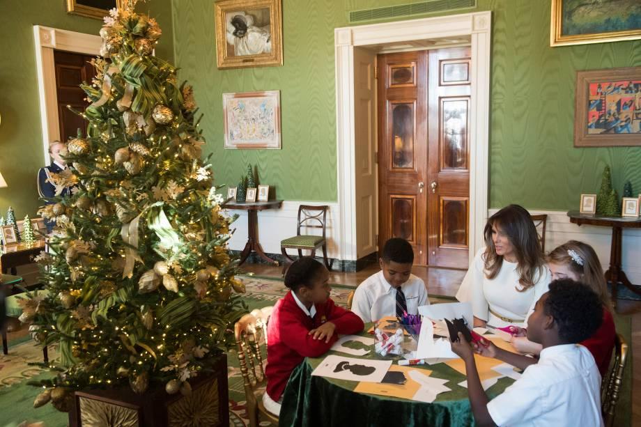 A primeira-dama dos Estados Unidos, Melania Trump conversa com um grupo de crianças no Sala Verde da Casa Branca, em Washington