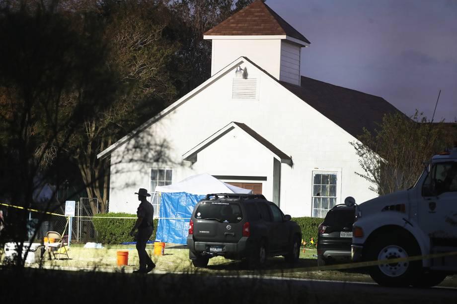 Policiais isolam a Primeira Igreja Batista de Sutherland Springs, no estado americano do Texas, após atirador matar 26 pessoas e ferir 20 no local - 06/11/2017