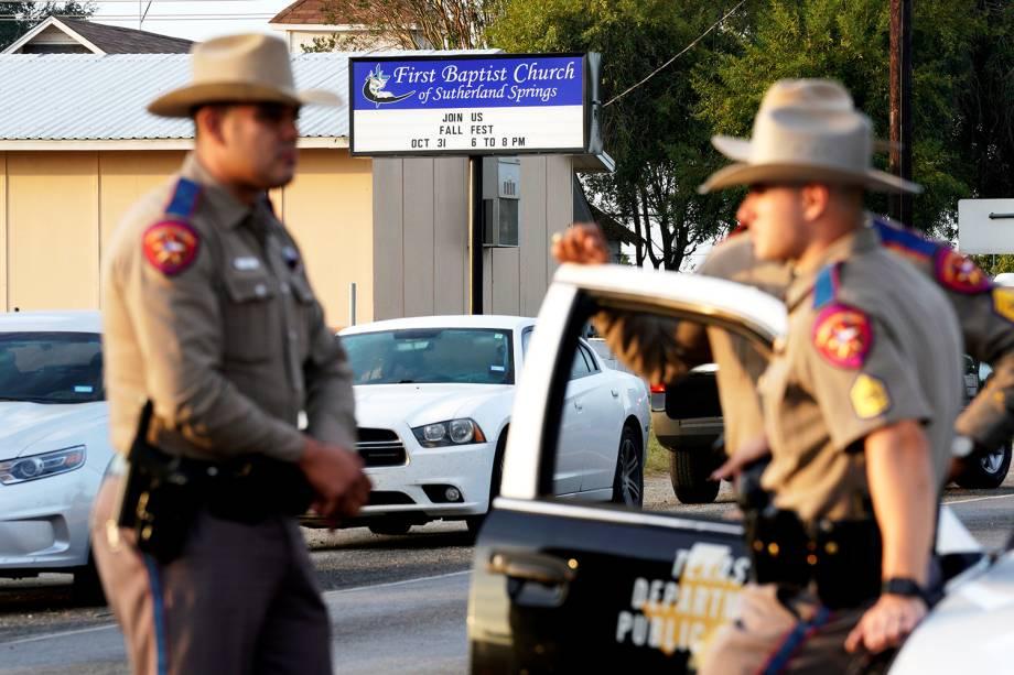 Policaiis realizam patrulha próximos à Primeira Igreja Batista de Sutherland Springs, no estado americano do Texas, onde atirador matou 26 pessoas e feriu 20 - 06/11/2017