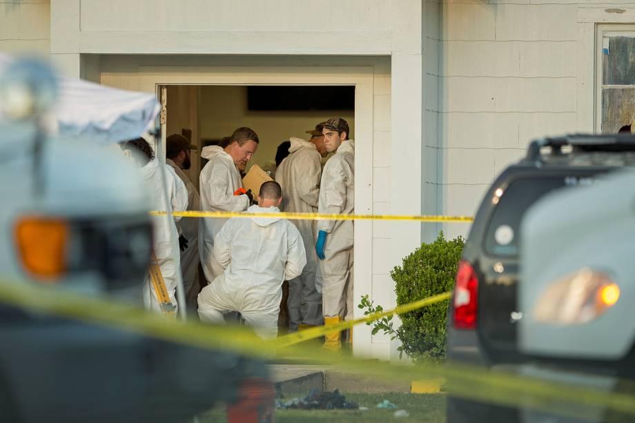 Policiais e peritos isolam área onde atirador abriu fogo e matou ao menos 26 pessoas na Primeira Igreja Batista em Sutherland Springs, no estado americano do Texas - 05/11/2017