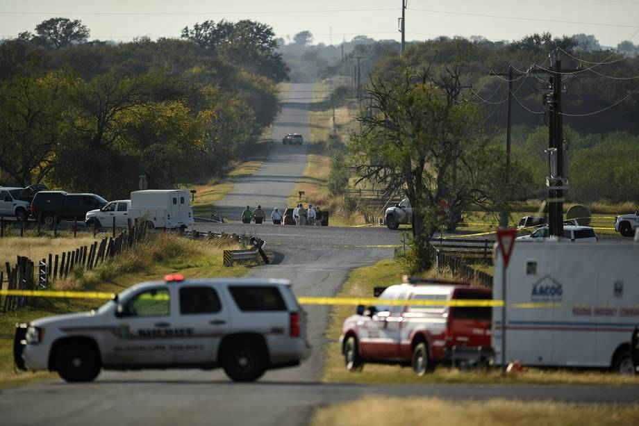 Policiais isolam área onde atirador abriu fogo e matou ao menos 26 pessoas na Primeira Igreja Batista em Sutherland Springs, no estado americano do Texas - 05/11/2017