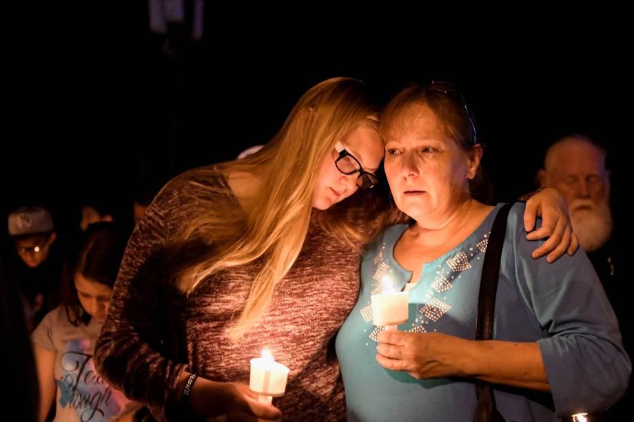 Moradores se abraçam durante vigília em memória às vítimas do massacre na Primeira Igreja Batista de Sutherland Springs, localizada no estado americano do Texas. Ao menos 26 pessoas morreram - 05/11/2017