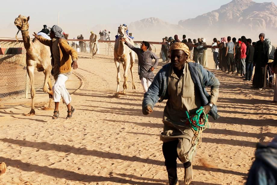 Donos de camelos conduzem seus animais em corrida anualmente realizada no vale de Wadi Rum, na Jordânia - 02/11/2017