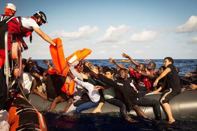 Com 700 migrantes resgatados, naufrágio mata 23 no Mediterrâneo