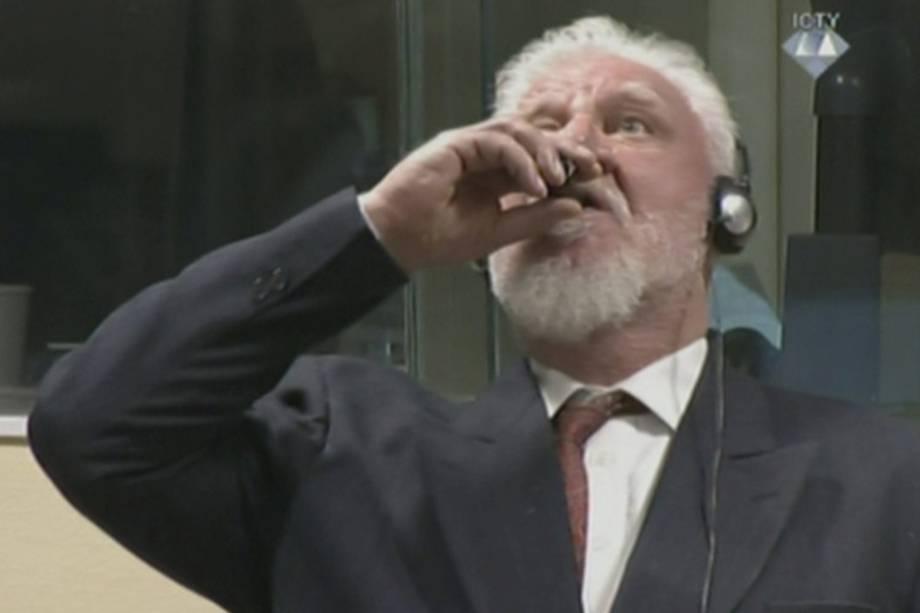 O ex-comandante das forças bósnio-croatas na Guerra da  Bósnia, Slobodan Praljak, afirma tomar veneno durante audiência no tribunal de crimes de guerra da ONU em Haia, na Holanda - 29/11/2017