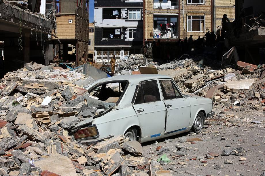 Carro fica embaixo de escombros de prédio em Sarpol-e Zahab, no Irã - 13/11/2017