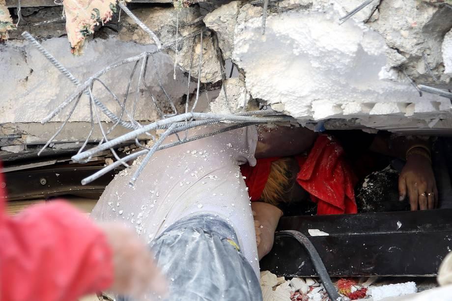Bombeiros trabalham nos escombros de prédio danificado em Sarpol-e Zahab, no Irã - 13/11/2017