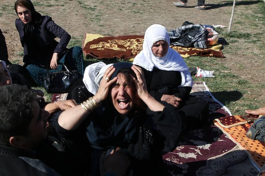 Familiares choram após um terremoto na cidade de Sarpol-e Zahab, em Kermanshah, no Irã - 13/11/2017