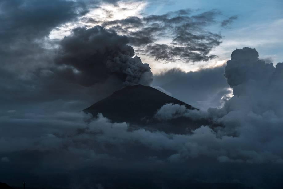 O vulcão Monte Agung entra em erupção em Bali, na Indonésia - 25/11/2017