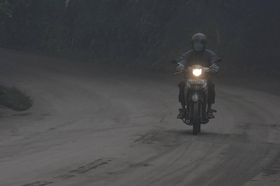 Motociclista atravessa uma estrada coberta de cinzas vulcânicas durante erupção do Monte Agung, em Bali, na Indonésia - 26/11/2017