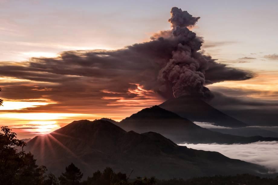 O vulcão Monte Agung é visto expelindo fumaça e cinzas em Bali, na Indonésia - 26/11/2017