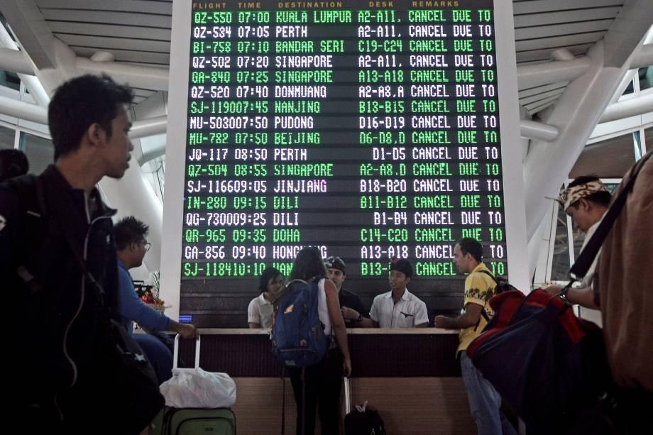 Passageiros buscam informações após dezenas de voos serem cancelados devido à erupção do Monte Agung em Bali, na Indonésia - 27/11/2017