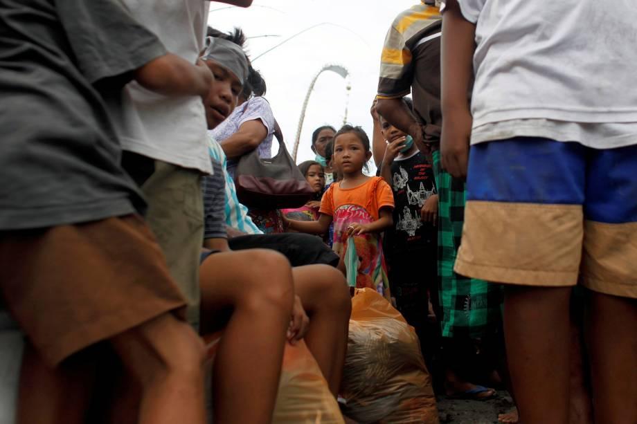 Pessoas esperam para ser evacuadas na aldeia de Sukadana, devido à erupção do Monte Agung, em Karangasem, na ilha de Bali, na Indonésia - 27/11/2017