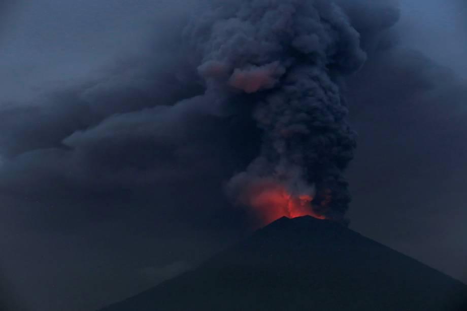 A luz incandescente da lava expelida pelo vulcão do Monte Agung, é vista a partir de Amed em Karangasem, Bali, na Indonésia - 27/11/2017