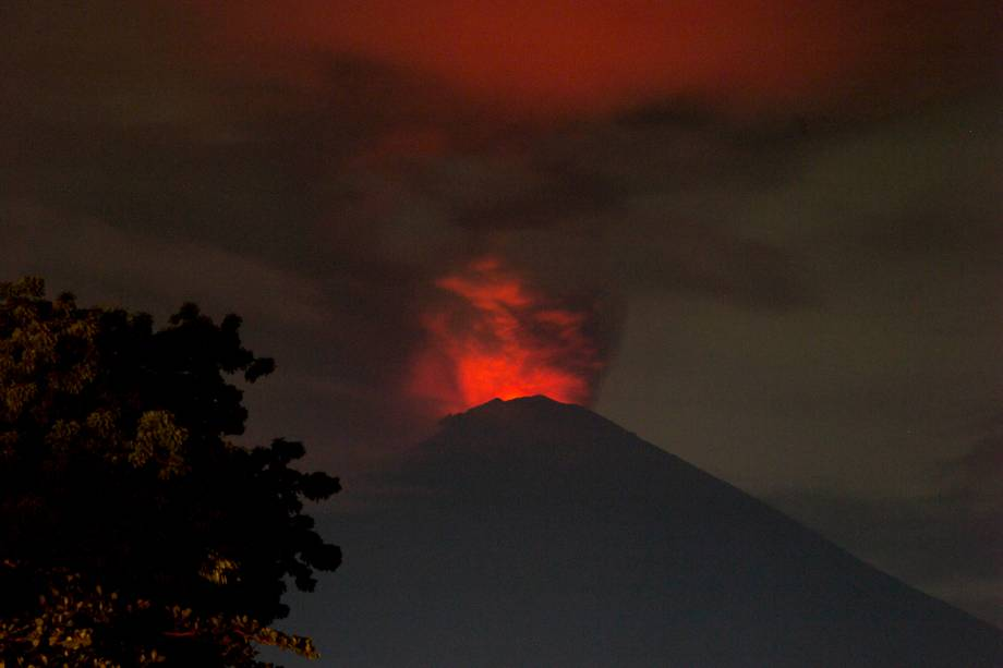 Vista do vulcão do Monte Agung durante erupção em Bali, na Indonésia - 27/11/2017