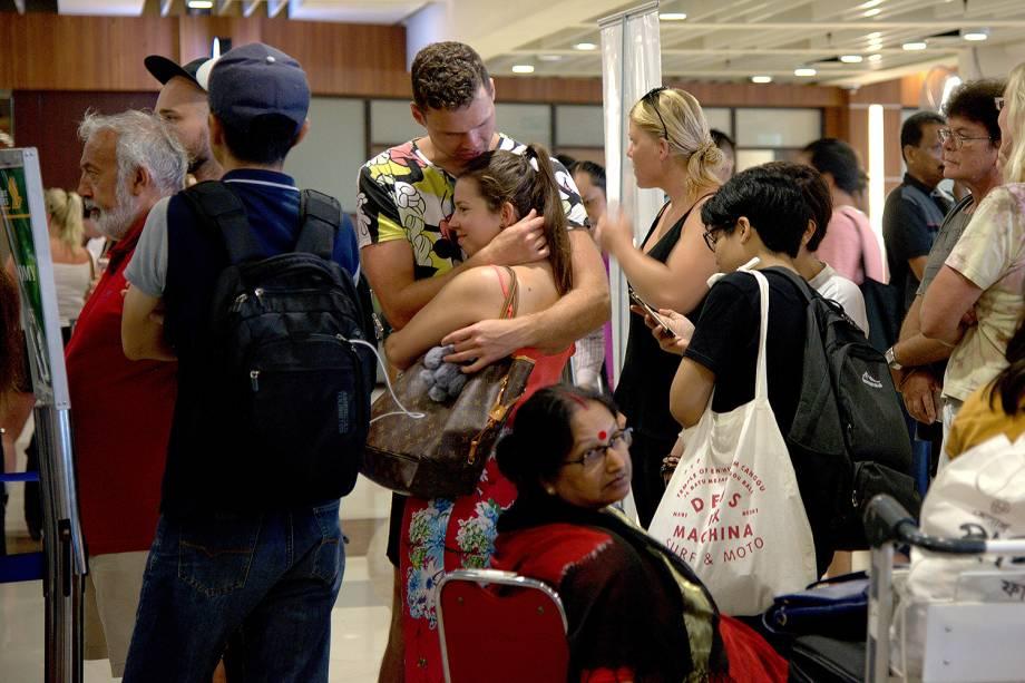 Passageiros buscam informações após dezenas de voos serem cancelados devido à erupção do Monte Agung em Bali, na Indonésia - 28/11/2017