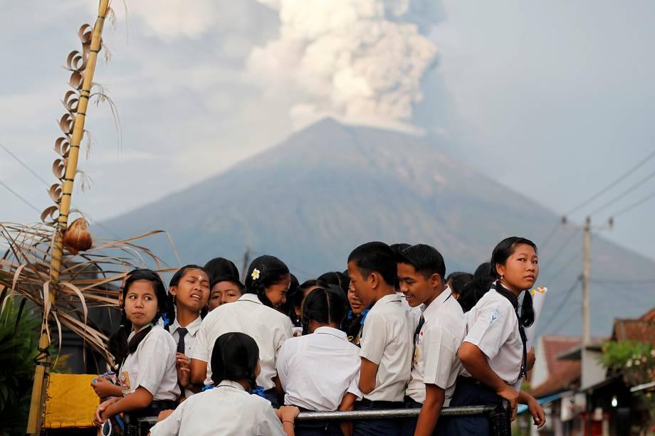 Crianças são evacuadas da aldeia de Sukadana, devido à erupção do Monte Agung, em Karangasem, na ilha de Bali, na Indonésia - 28/11/2017