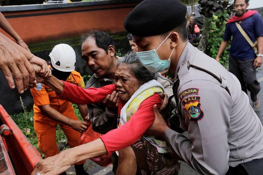 Pessoas são evacuadas da aldeia de Sukadana, devido à erupção do Monte Agung, em Karangasem, na ilha de Bali, na Indonésia - 28/11/2017