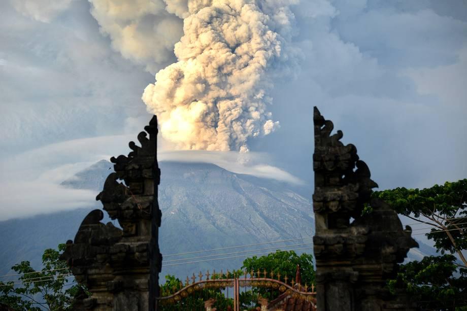 Vulcão do monte Agung, que continua em erupção, é visto expelindo nuvens de cinzas em Bali, na Indonésia - 28/11/2017