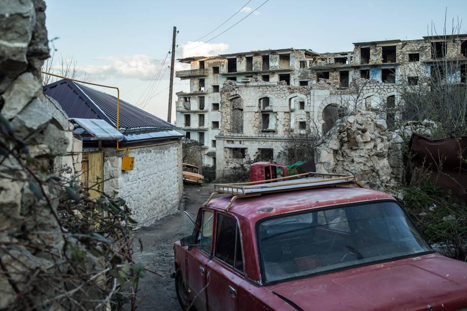 Prédios destruídos pela guerra na cidade de Shushi, em Artsakh.