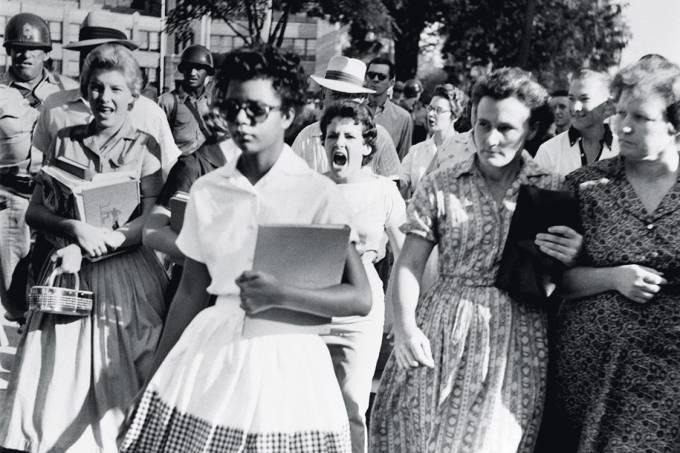 CORAGEM – A estudante Elizabeth Eckford é hostilizada por brancos no Arkansas (EUA), em 1957: luta contra a segregação