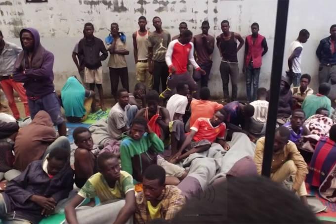 Imigrantes de diversos países resgatados de armazéns onde seriam leiloados