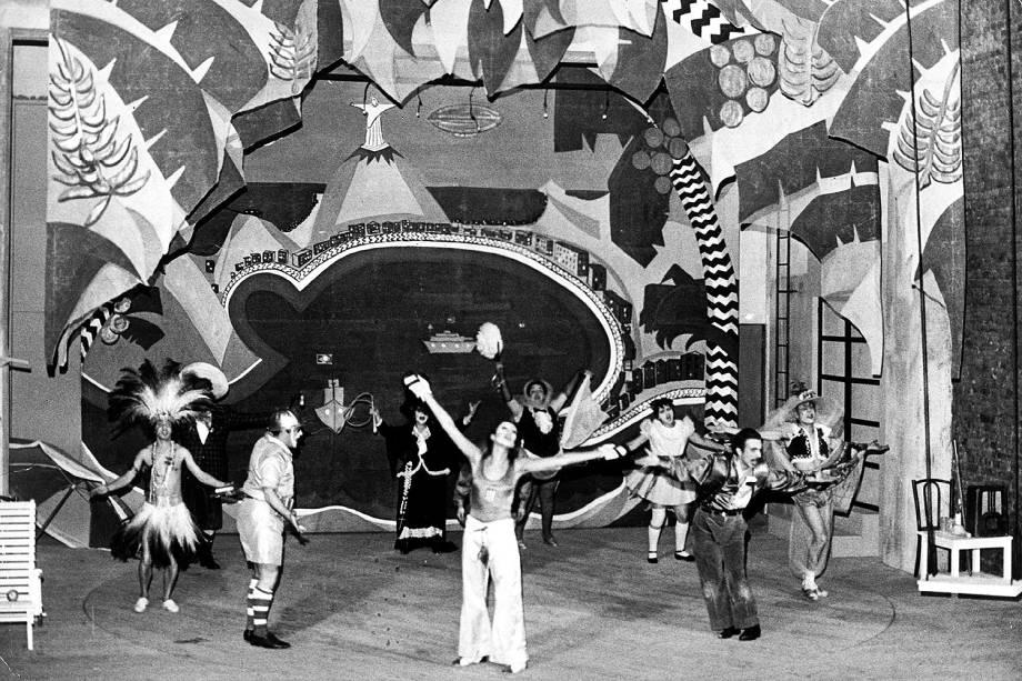 """Atores durante apresentação da peça """"O Rei da Vela"""" (1967), dirigida por José Celso Martinez Corrêa. (São Paulo (SP), 1967"""