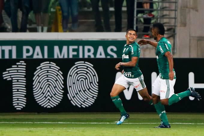 Dudu comemora após marcar gol contra o Botafogo
