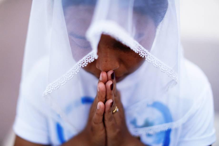 Mulher reza durante visita oficial do Papa Francisco na capital Naypyidaw, em  Mianmar - 28/11/201