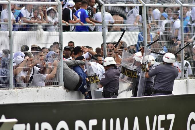 Confusão entre a Polícia Militar e torcedores da Ponte Preta